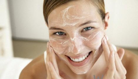 очистить кожу скрабом или пилингом